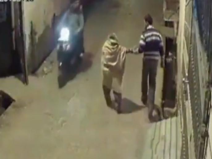 Viral Video: An old woman thrashed by a man in UP's Bareilly | बरेलीः बूढ़ी महिला को सरेआम पीट रहे युवक का वीडियो वायरल, पुलिस पहचान में जुटी