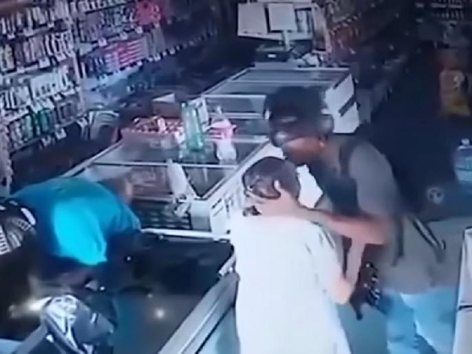 'No mam I don't want your money robber refuses cash an elderly women and kisses her instead viral video | 'नहीं मैम, हम आपके पैसे नहीं लेना चाहते' कहकर बूढ़ी महिला के माथे को चूमकर रफूचक्कर हुए चोर, वायरल हुआ वीडियो