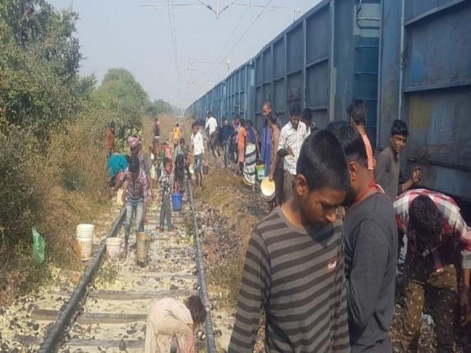 loot on bihar railway track, watch this viral video | VIDEO: बिहार में मिला कुछ ऐसा, लोगों में मच गई लूटने के लिए भगदड़