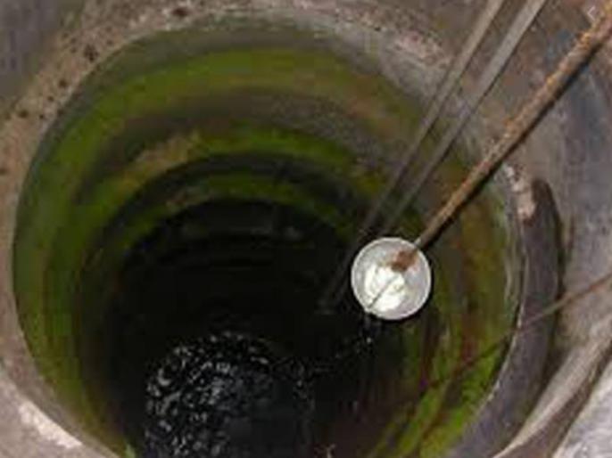 in Maharashtra during lockdown Father-son digging a well get rid water scarcity | महाराष्ट्र में लॉकडाउन के दौरान पानी की किल्लत, पिता-पुत्र ने मिलकर खोद डाला कुआं