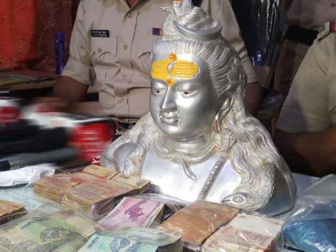 Indore Police custody of two thieves, Lord Shiva's 11 kilits, silver statue seized | इंदौर पुलिस के हत्थे चढ़े दो चोर भाई,भगवान शंकर की 11 किलों वजनी चांदी की मूर्ति जब्त
