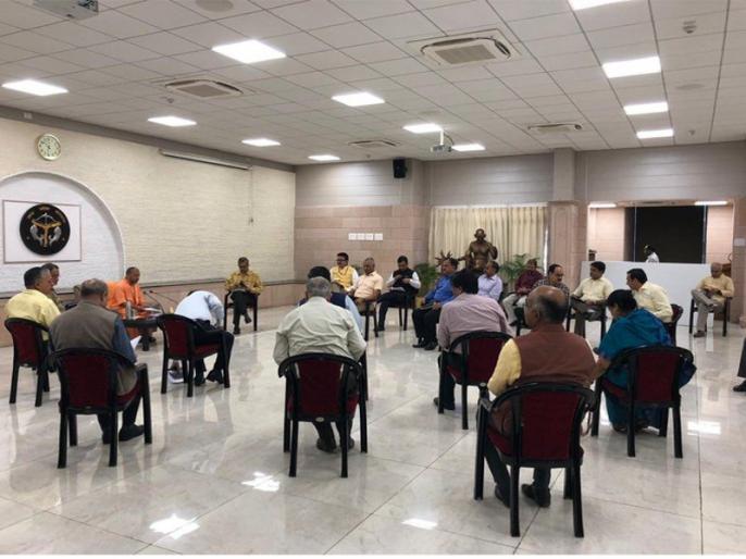 Coronavirus: CM Yogi Adityanath holds meeting with senior officials, Social distancing seen during meeting | कोरोना वायरसः CM योगी आदित्यनाथ ने बुलाई सीनियर अफसरों की बैठक, सोशल डिस्टेंसिंग का रखा ख्याल