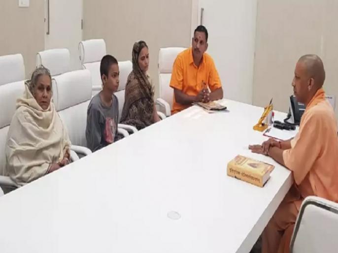 kamlesh tiwari mother says after Cm yogi meeting we are not happy want justice | कमलेश तिवारी की मां ने कहा, 'सीएम योगी मजबूरी में करनी पड़ी मुलाकात, इंसाफ न मिला तो तलवार उठाऊंगी'