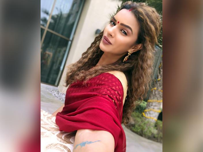 aashka goradia share liplock pics with her husband |