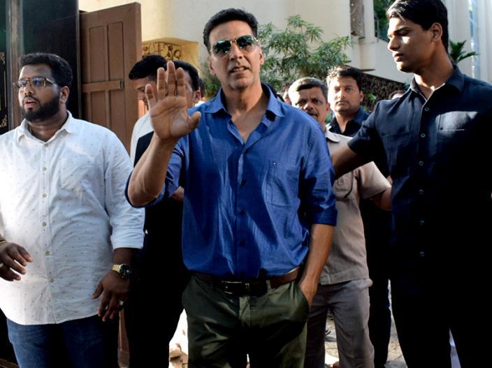 Akshay Kumar meets his fans on his birthday at his juhu home  
