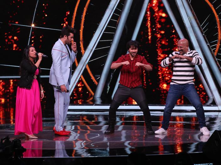 Anushka sharma and varun dhawan promoted Sui Dhaaga on the sets of singing reality show Indian Idol |