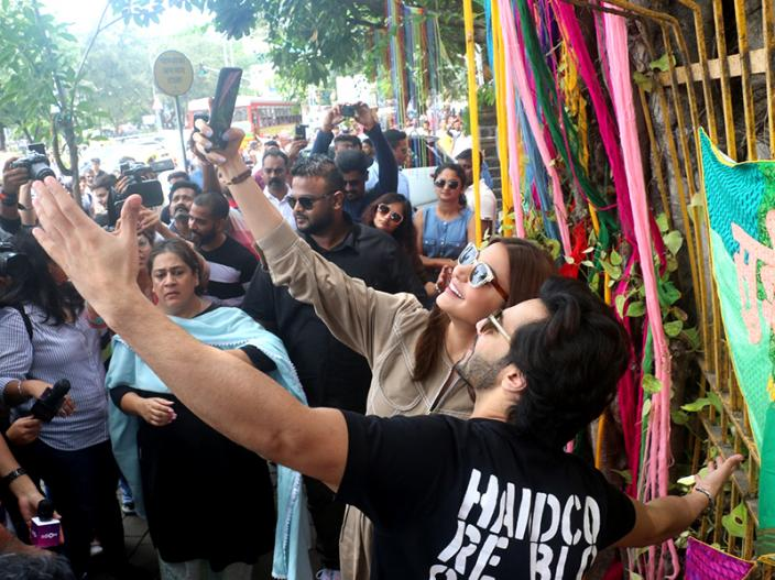 Sui Dhaaga Promotion: Anushka Sharma and Varun Dhawan Meet fans and click selfies at wilson college ,Charni road Mumbai |