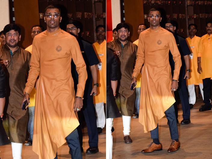 Ganesh Chaturthi 2018: Bollywood Stars visit Antilla to celebrate Ganpati festival at Mukesh Ambani's house, See Photos | क्रिक्केटर हार्दिक पांड्या