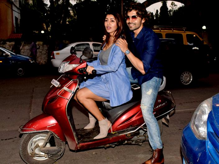 Paltan Actor Gurmeet Chaudhary Enjoy Scooty Ride With Wife Debina Bonnerjee, karishma sharma Also spotted in juhu |