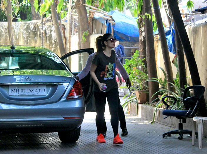 Image result for जिम के बाहर बेहद हॉट अंदाज में स्पॉट हुई करीना कपूर खान