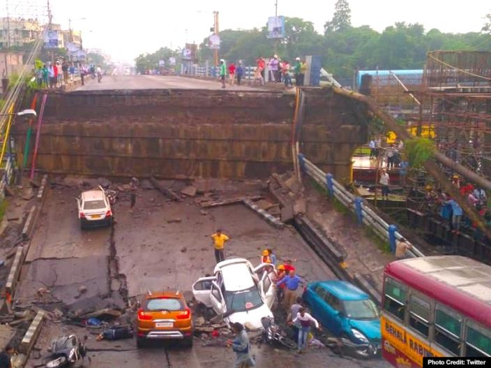 Photos: kolkata Taratala Majerhat Bridge Collapse, Many people are feared trapped, See Images Pics |