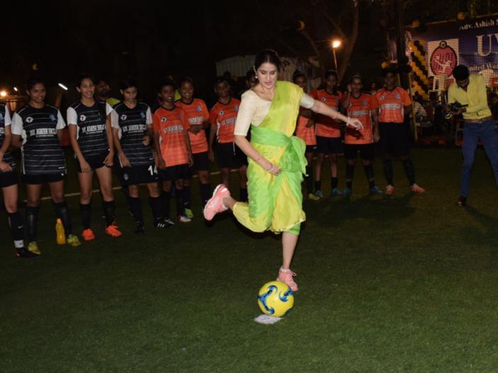 See Pics of zaheer khan wife Sagarika Ghatge Playing footbaal in hot saari |