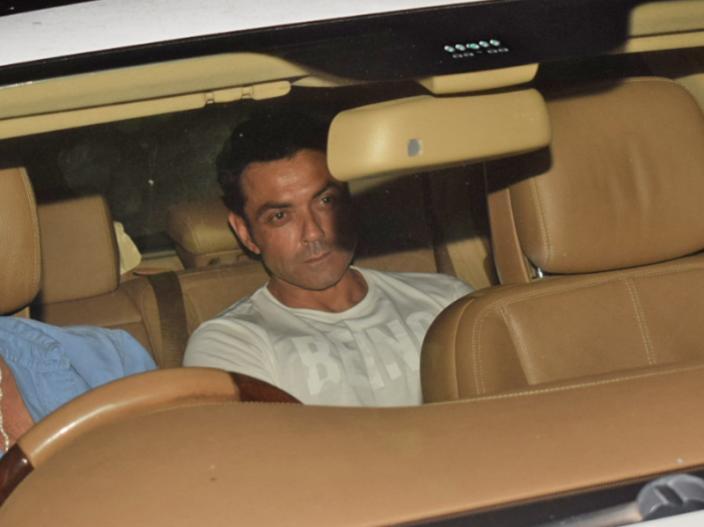 सलमान खान के साथी कलाकार बॉबी देओल भी सलमान से मिलने के लिए उनके घर पहुंचे। | सलमान खान के साथी कलाकार बॉबी देओल भी सलमान से मिलने के लिए उनके घर पहुंचे।
