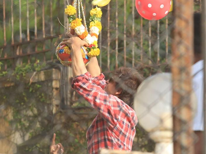 Photos: Shah Rukh khan celebrates Janmashtami Festival with son Abram and gauri khan, See Images |