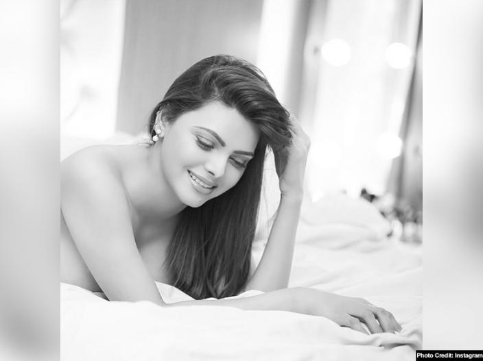 Sherlyn chopra hot and nude pics |
