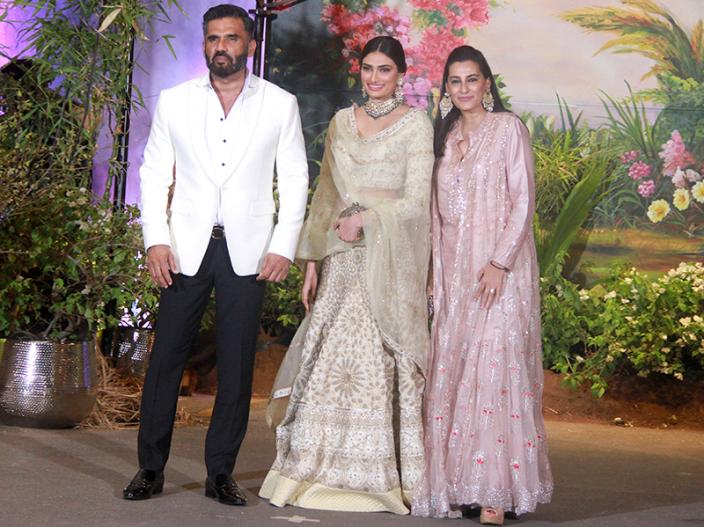 Suniel Shetty arrives with wife Mana and daughter Athiya |