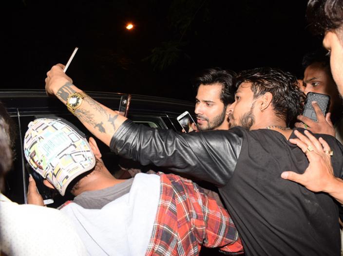 varun dhawan click selfies with his fans |